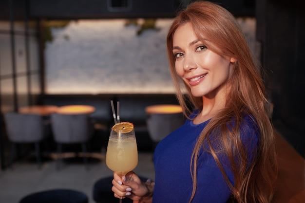 Gelukkige mooie vrouw die van nacht uit genieten bij het restaurant, exemplaarruimte