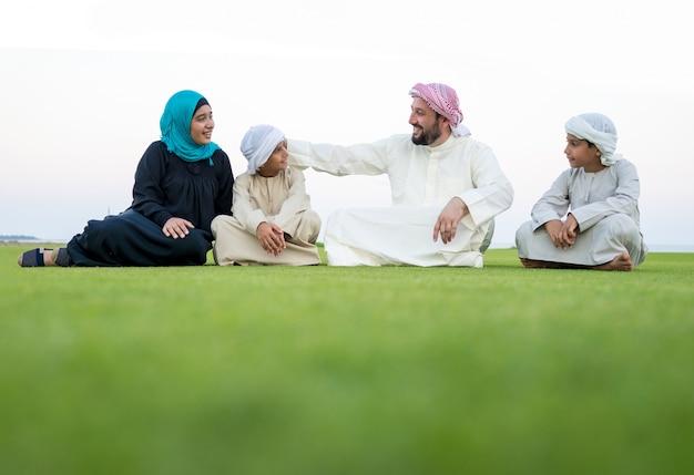Gelukkige moslim arabische familie op zomervakantie