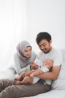 Gelukkige moslim familie met een schattige baby