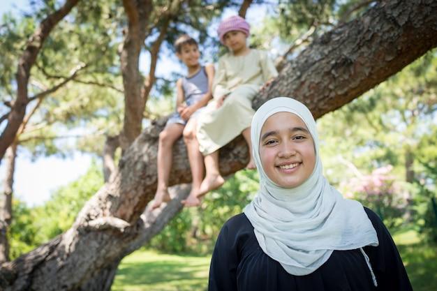 Gelukkige moslimfamilie in boompark