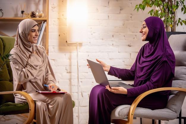 Gelukkige moslimvrouw thuis tijdens online les. technologieën, onderwijs op afstand, etniciteitsconcept