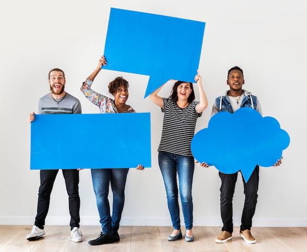 Gelukkige multiraciale mensen die copyspace-toespraakbel houden