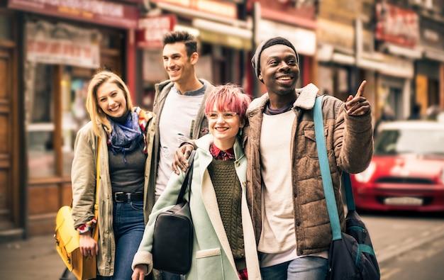 Gelukkige multiraciale vrienden die op brick lane in shoreditch londen lopen