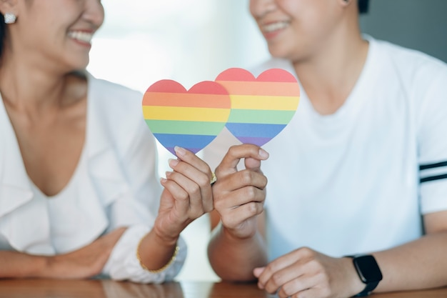 Gelukkige multiraciale vriendinnen verliefd omhelzen en knuffelen - lesbisch koppel, millennials vrouwen, meisjes in londen die een gelukkige levensstijl hebben - lgbtq-concept met mooi gemengd ras