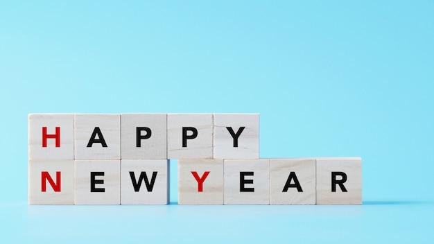 Gelukkige nieuwjaartekst op houten kubus geïsoleerde achtergrond