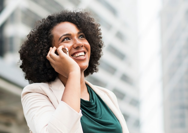 Gelukkige onderneemster die op de telefoon spreekt
