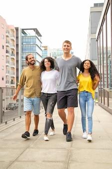 Gelukkige opgewekte toerist die in stad lopen