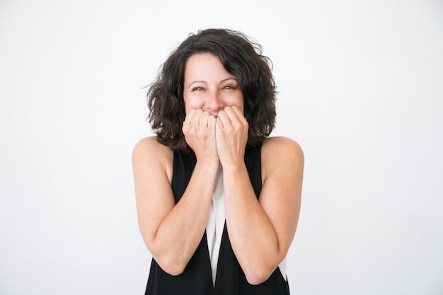 Gelukkige opgewekte vrouw die in toevallig zich bij verrassing verheugt