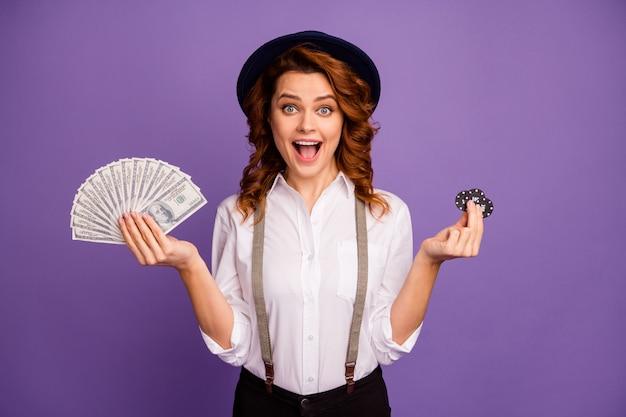 Gelukkige opgewonden dame casino houden pokerfiches pack dollar geld