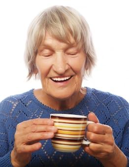 Gelukkige oude dame met koffie