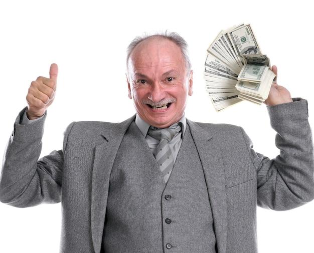 Gelukkige oude man met geld dat ja geïsoleerd teken toont