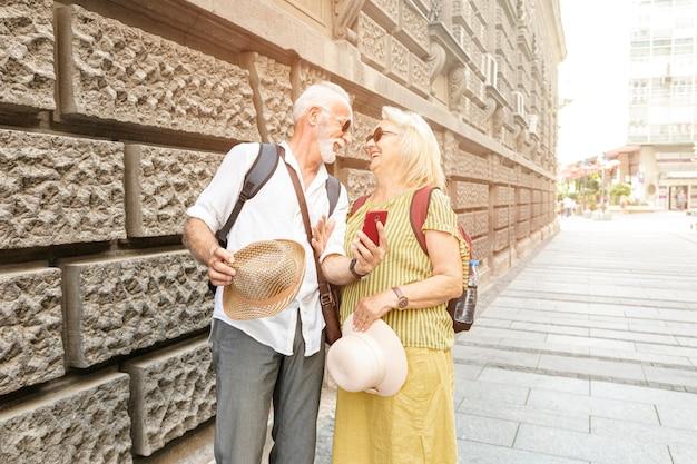 Gelukkige oude mannen glimlachen naar elkaar