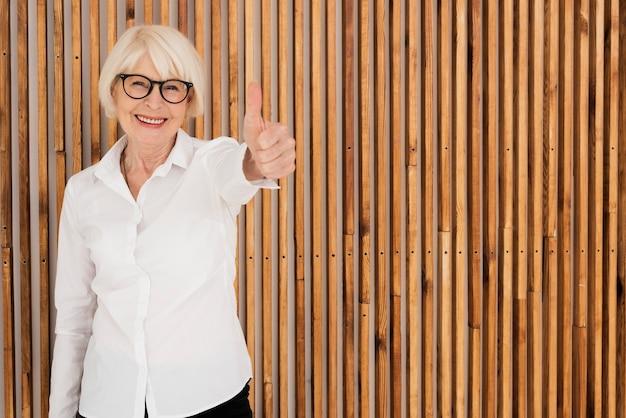 Gelukkige oude vrouw met bril