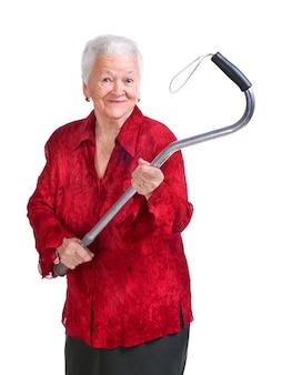 Gelukkige oude vrouw met een stok op een witte achtergrond