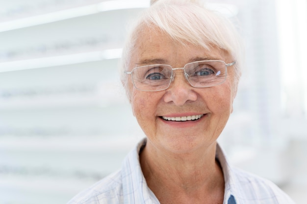 Gelukkige oudere vrouw die een bril draagt