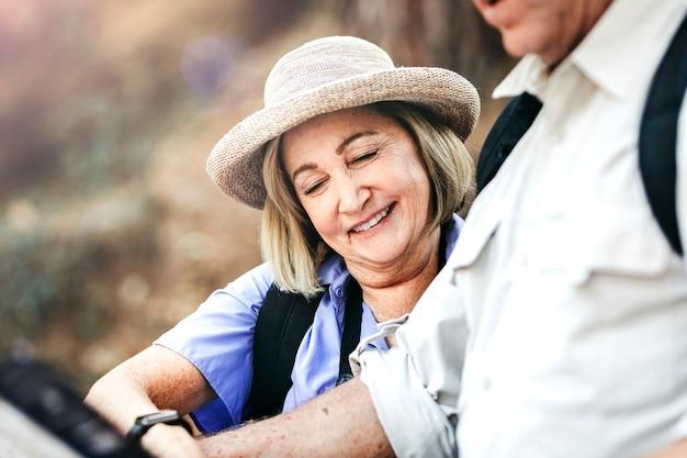 Gelukkige oudere vrouw op zoek naar richting met haar man