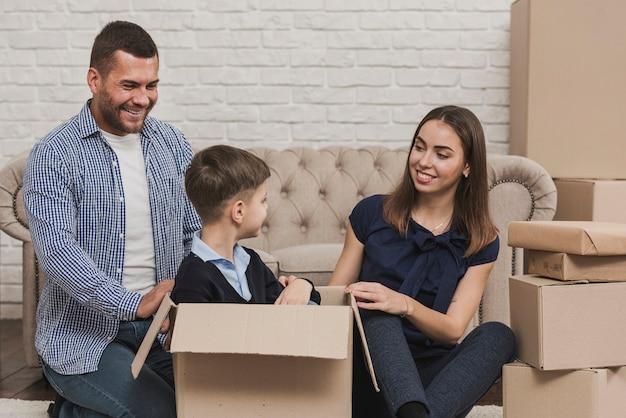 Gelukkige ouders die met zoon thuis spelen