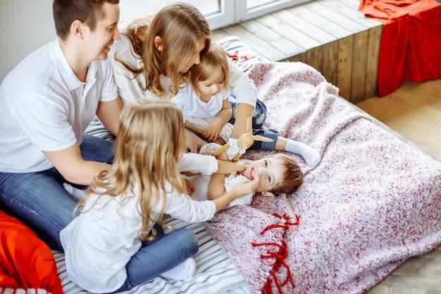 Gelukkige ouders en kinderen genieten van hun ochtend in bed