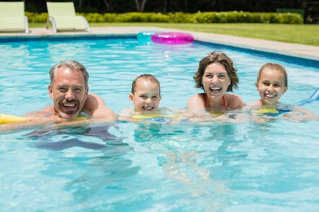 Gelukkige ouders en kinderen in het zwembad