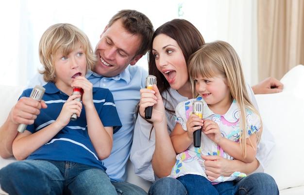 Gelukkige ouders en kinderen plezier samen