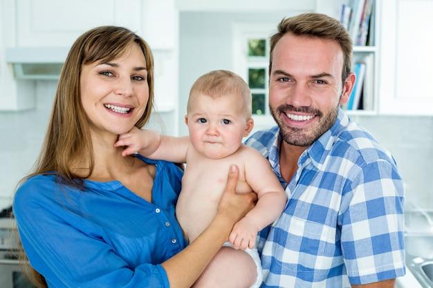 Gelukkige ouders met babyjongen thuis