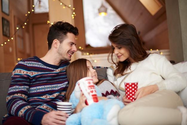 Gelukkige ouders met hun dochtertje