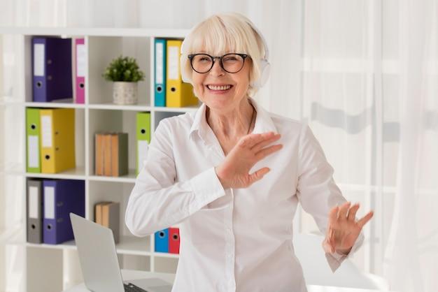 Gelukkige oudste die zich op haar kantoor bevindt