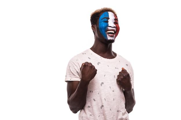 Gelukkige overwinning schreeuw afro fan steun frankrijk nationale team met geschilderd gezicht geïsoleerd op een witte achtergrond