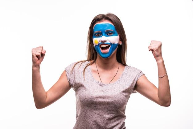 Gelukkige overwinning schreeuw vrouw fan steun argentijnse nationale ploeg met geschilderd gezicht geïsoleerd op een witte achtergrond