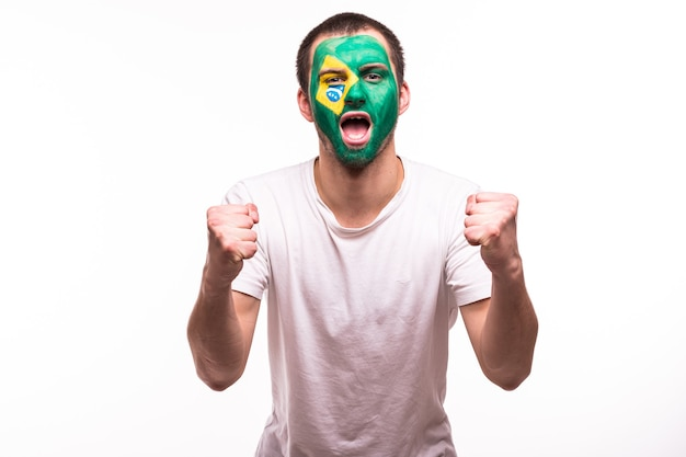 Gelukkige overwinning schreeuwt fan support braziliaans nationaal team met geschilderd gezicht geïsoleerd op een witte achtergrond