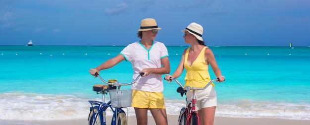 Gelukkige paar berijdende fietsen tijdens tropische vakantie