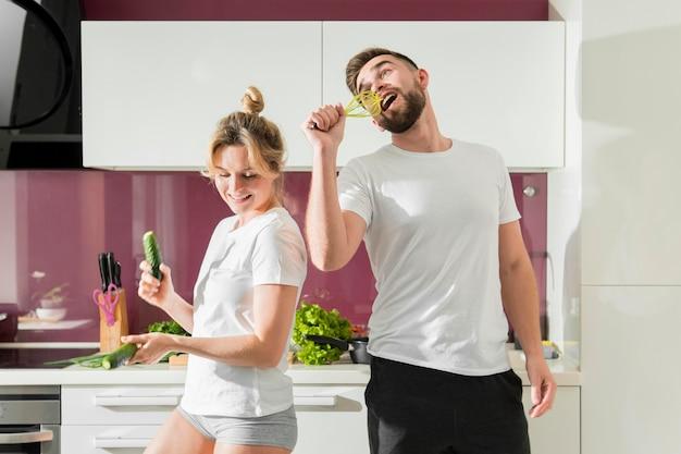 Gelukkige paar binnenshuis plezier
