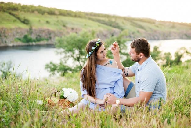 Gelukkige paar buiten. het glimlachen het ontspannen van het paar in een park.