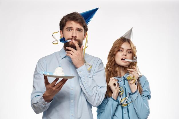 Gelukkige paar een verjaardag vieren met confetti en cake