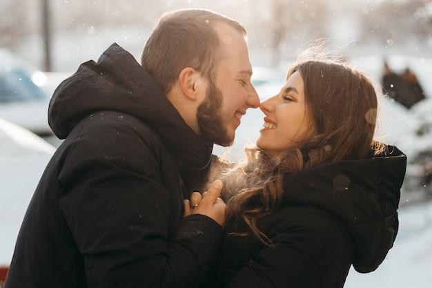 Gelukkige paar elkaar raken en schattig glimlachen
