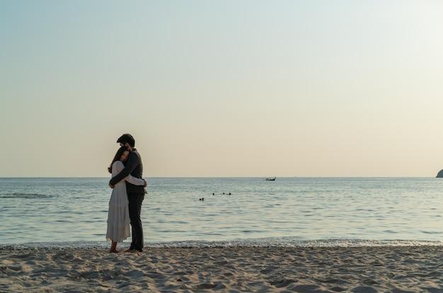 Gelukkige paar gaan huwelijksreis reizen op tropisch zandstrand in de zomer