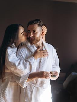 Gelukkige paar genieten van elkaars gezelschap in een hotelkamer.
