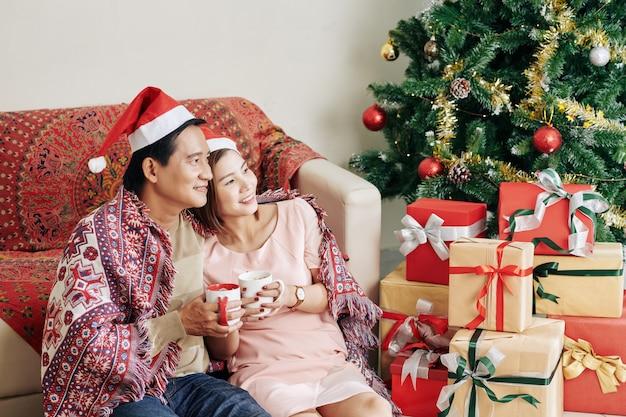 Gelukkige paar genieten van kerstochtend