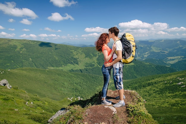 Gelukkige paar genieten van prachtig uitzicht in de bergen