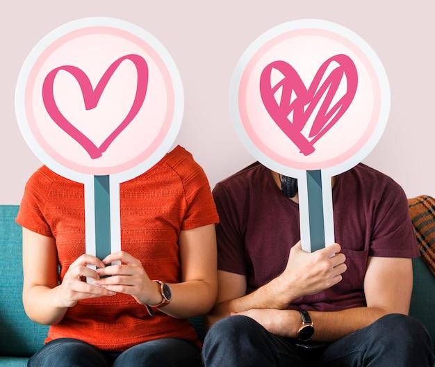 Gelukkige paar houden hart tekenen