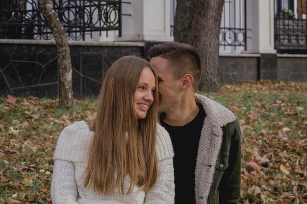 Gelukkige paar in het najaar park hebben een leuke tijd. gekleurde herfst