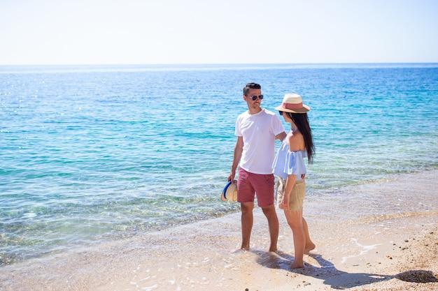 Gelukkige paar in zonnebril op het strand
