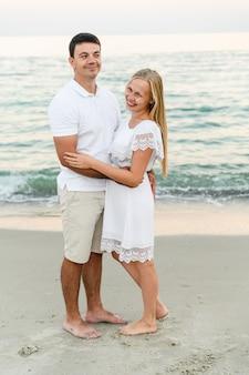 Gelukkige paar knuffelen aan de kust. romantische tijd. gelukkige jonge mensen.