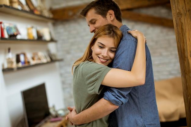 Gelukkige paar knuffelen in de loft appartement