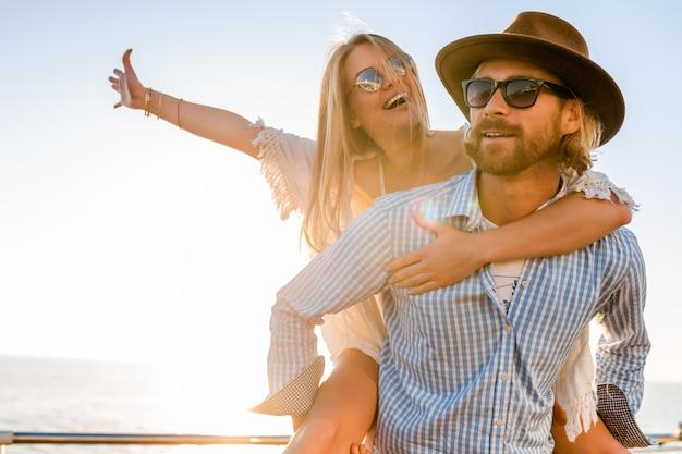 Gelukkige paar lachen reizen in de zomer over zee, man en vrouw zonnebril dragen