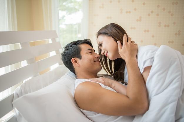 Gelukkige paar liefdes tijd in de slaapkamer