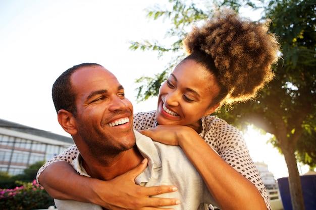 Gelukkige paar met man en vrouw in omhelzing