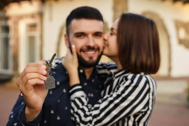 Gelukkige paar met sleutel tot nieuw huis