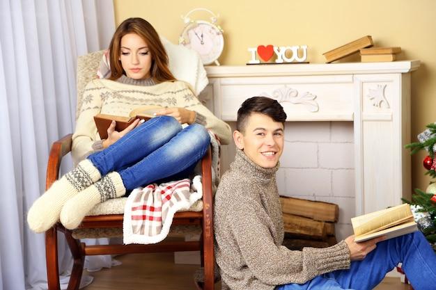Gelukkige paar ontspannen met boek thuis