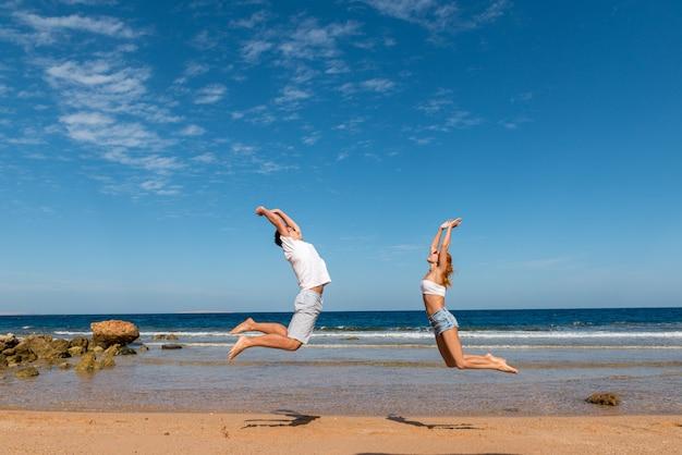Gelukkige paar op het strand